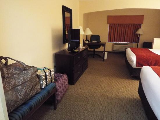Comfort Suites Airport: Nice big clean room, a very handy workspace and sitting area in the back