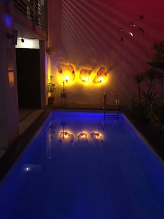 هوتل كازا تيكول: Pool at night