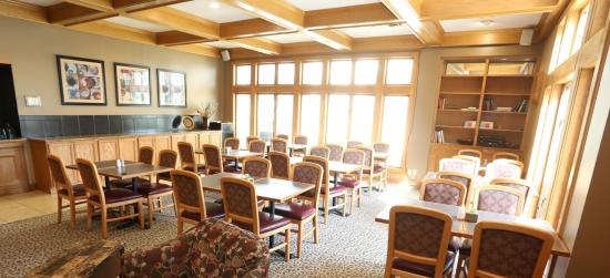 Sterling Hotel and Suites: Breakfast Room