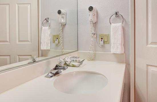 GreenTree Pasadena Inn: A large mirror as well as ample lighting and counter space is perfect for getting ready.