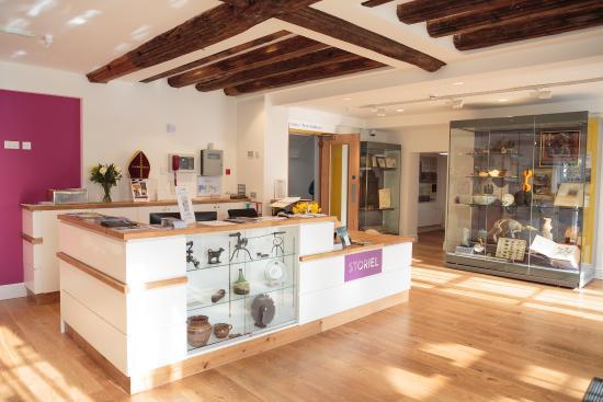 Gwynedd Museum & Art Gallery: STORIEL derbynfa / reception