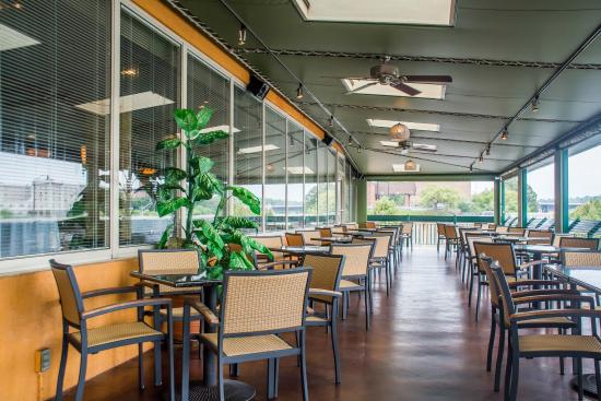 Quality Inn & Suites Riverfront: Patio Dining