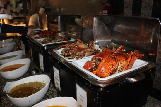 Hugh lobster at thursday buffet picture of hotel riu for Best food all inclusive