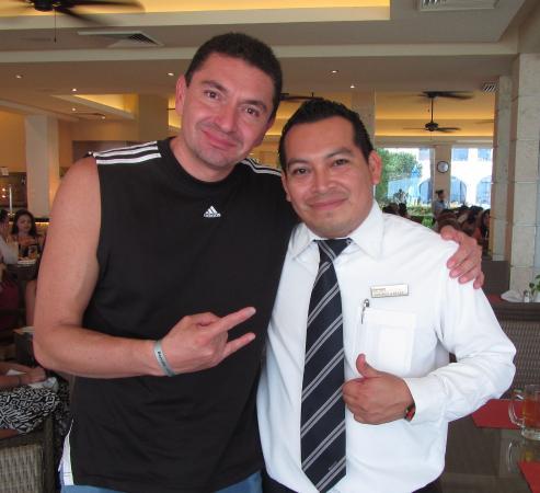Occidental Costa Cancun : Gerardo Vargas jefe de meseros, excelente en su trabajo. Cuídenlo, empleados así hacen la difere