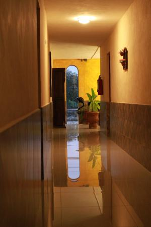 Hotel La Casona Real: Hallway outside our room. (shiny and clean!)