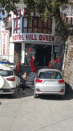 Hotel Hill Queen: Hotel Entry and Parking