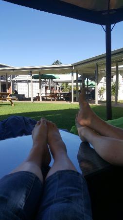 โรงแรมโพนาโม: Relaxing in the shade on a hot day