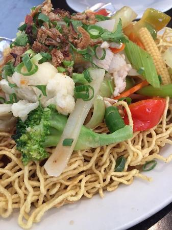 Trang Vietnamese Restaurant: Saucy Stir Fry with Crispy Egg Noodles