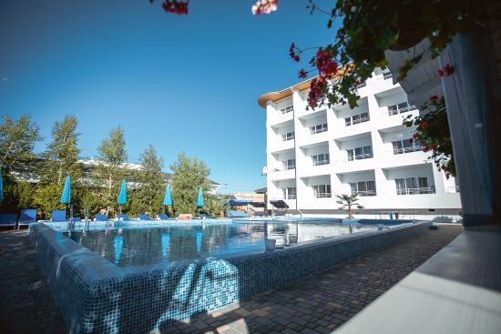 Karolino-Buhaz, Ucrania: Здание отеля и бассейн