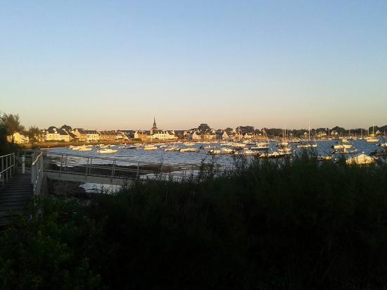 """Locmariaquer, Francia: L""""aube sur le village depuis la veranda du petit déjeuner."""