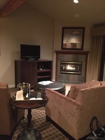 Pine Ridge Inn: Not too shabby for a Hotels Tonight find...wonderful jacuzzi tub, complimentary breakfast, frien