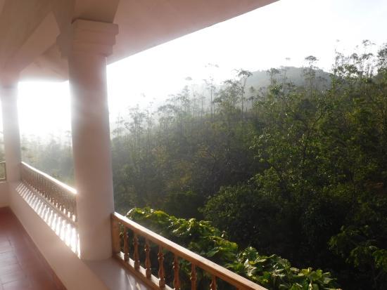 Mundax Homestay Yoga Retreat: The balcony at Mundax, lovely to hear the bird song here!