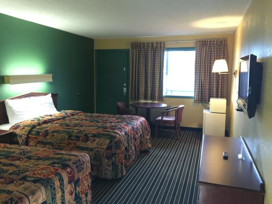 Family Budget Inn Harrison: Two Queen Beds