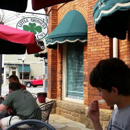 Little Brother's Bistro: Eating on a nice March day 2016.