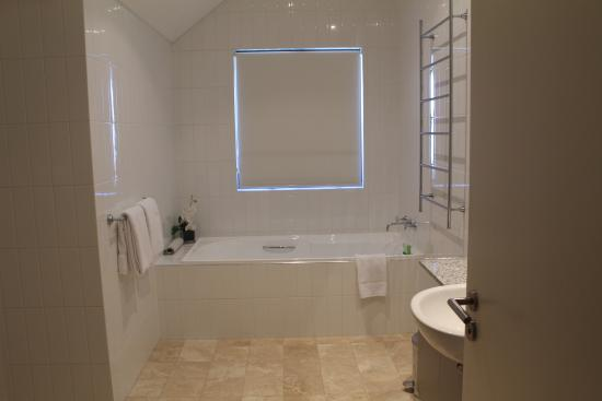 Ramada Perth, The Outram : main bathroom for the two bedroom apartment