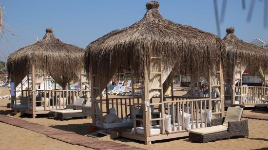 Kamelya Selin Hotel: можно снять на день удобный бунгало на пляже