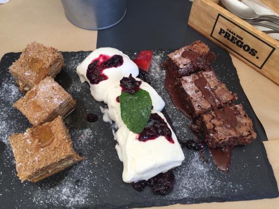 Sobremesa trilogia bolo de bolacha cheesecake de frutos vermelhos e brownie de chocolate - Casa dos cregos ...