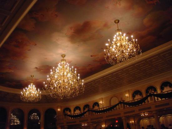 Las lamparas del salon comedor - Picture of Be Our Guest Restaurant ...