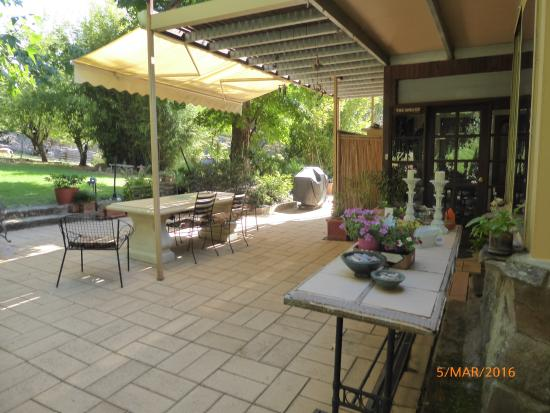 Merveilleux Hillview Oak Bu0026B: Tiled Patio And Barbecue Area