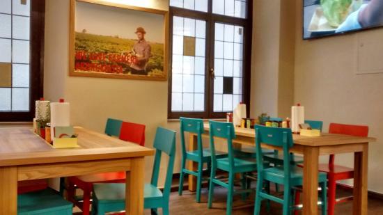 Burgerista: Mobiliario colorido y local limpio