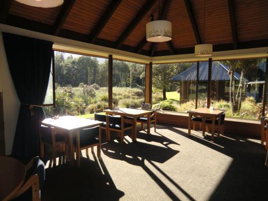 Alpine Lodge: 敷地が見えるレストラン(朝食時)