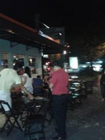 Rotatoria Do Peixe: Lado externo do restaurante de vista a Avenida Champagnat