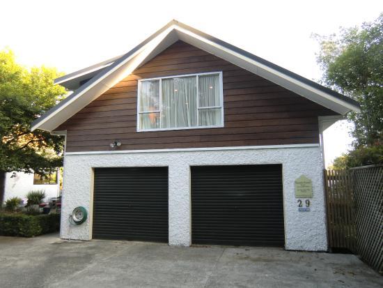 Annick House: Out of Africaのある建物(1階がオーナーのガレージで、2階が宿泊室)