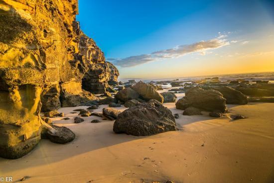 Swansea, Úc: Sunrise at Caves beach