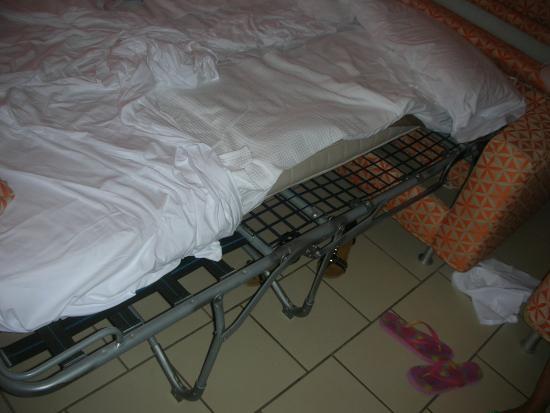 Castellaneta, Italia: Materassi , sottili fogli di spugna, che non coprivano minimamente la sgangherata rete di un div