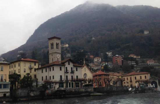 Torno, Italien: Вид на храм с озера Комо