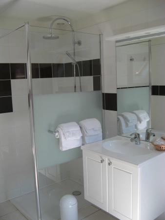 Donzy, Francia: salle de bains de la Chambre La Bertine (2ème étage)