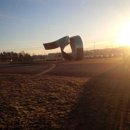 """Экспозиция """"Вселенная частиц"""", Европейский центр ядерных исследований (ЦЕРН): patung kontemporer di depan stasiun tram CERN"""