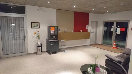 Siol Garni : Reception and the coffee machine