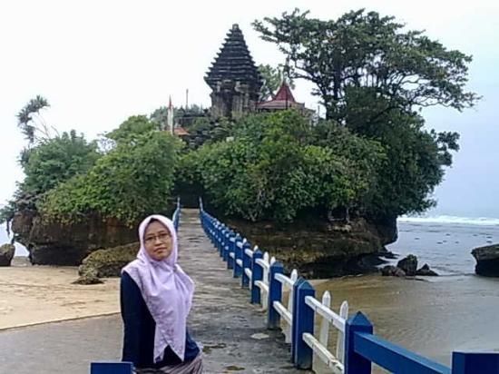 Balekambang Beach: foto didepan pura dibalekambang. its beutiful