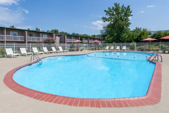 Days Inn & Suites Lexington: Outdoor pool