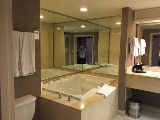 Genial Treasure Island   TI Hotel U0026 Casino: Room 24 038 Very Large Soaking Tub