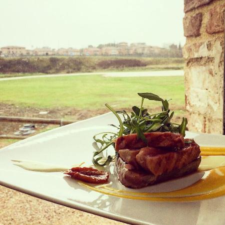 Ristorante Acqua Borra: Tagliata di tonno fresco con pomodori secchi, rucola e crema di zucca...