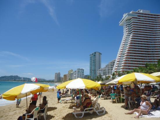 Playa Revolcadero : Mucha gente en las playas