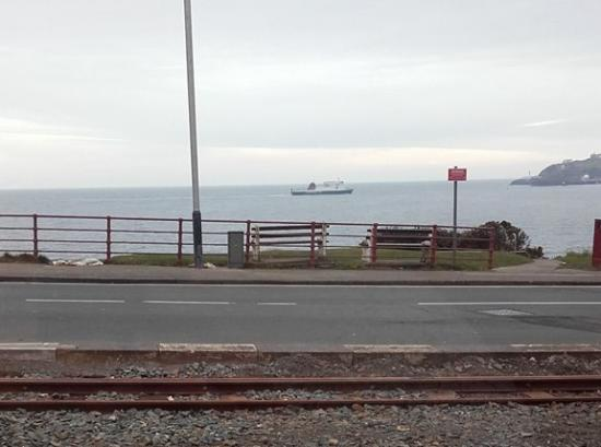 Onchan, UK: Watching our ferry come in whilst enjoying our last supper