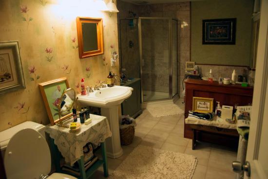 Lily House B&B: Das Badezimmer
