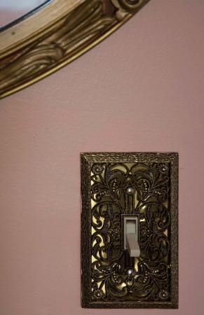 Lily House B&B: Lichtschalter im Treppenhaus und Spiegel darüber
