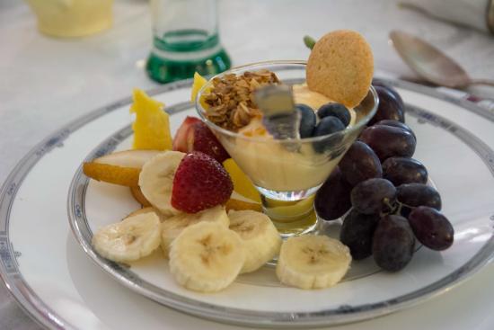 Lily House B&B: Der Mittelgang des Frühstücks ...