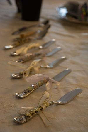 Suffield, CT: Kollektion von Buttermessern im Frühtstücksraum
