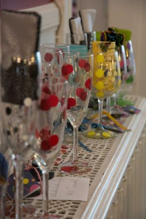 Lily House B&B : Sektglaskollektion im Frühstücksraum