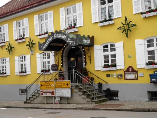 Brauerei-Gasthof Hotel Post: wejscie do hotelu od glownej ulicy