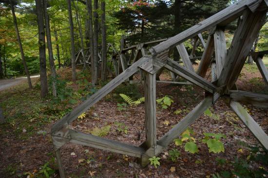 Windham, Βερμόντ: Holzkonstrukt auf der Einfahrt zum Parkplatz