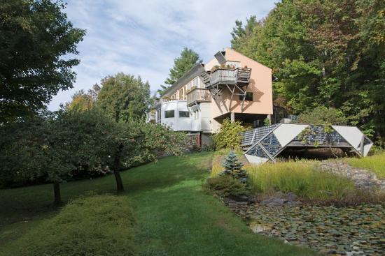 Windham, Βερμόντ: Hotelansicht mit Teich - unser Zimmer war das mit der großen Holzterrasse vorne im Bild