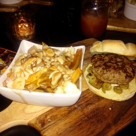 Amherstburg, Canadá: Poutine and stuffed Pizza Burger