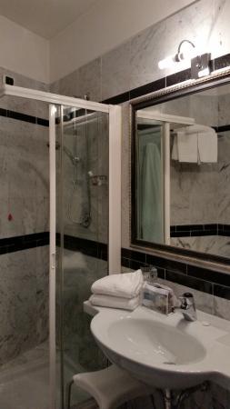 Hotel Executive: Salle de bain avec douche