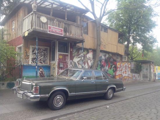 toller schlitten vor dem baumhaus an der mauer bild von berlin deutschland tripadvisor. Black Bedroom Furniture Sets. Home Design Ideas